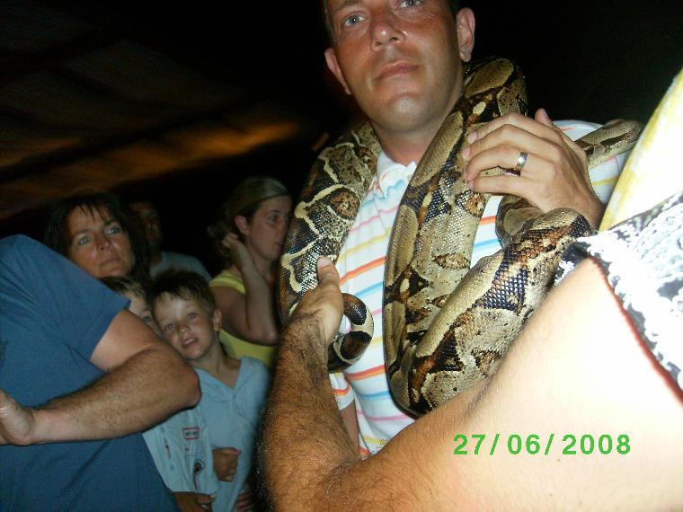 hayatımda ilk defa boynuma piton yılanı koydum.Oda voyage torbada oldu.