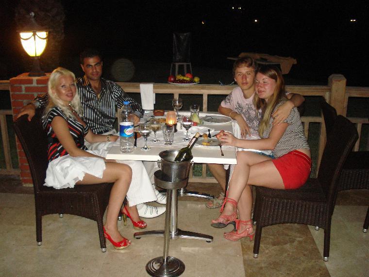denizi goren manzarali restaurantinda aksam yemegi palloma grida