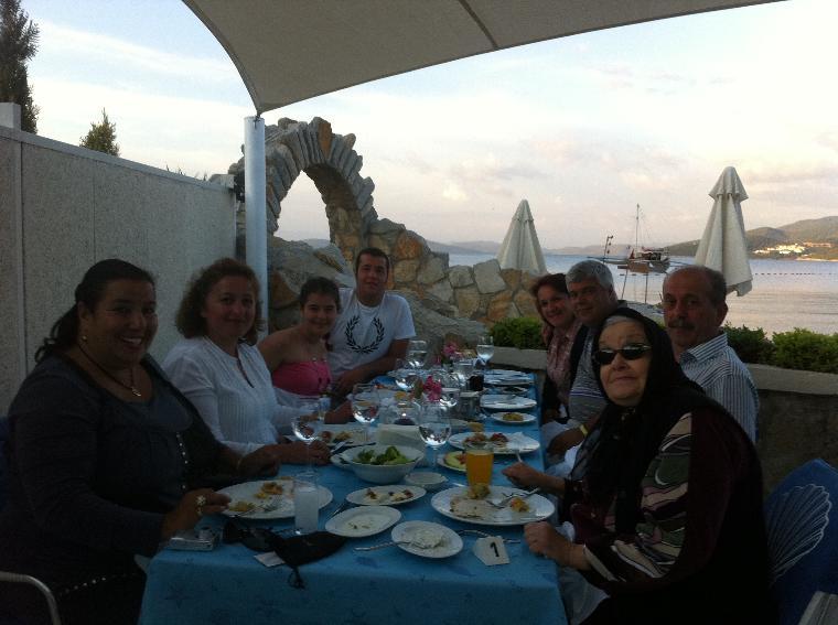 tatil dostlarımız ve kızkardeşim yeğenler..hep birlikte halikarnas ala carte balık restorandayız.