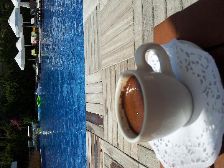 Mükemmel havuzlarından bir görünüm ve kahve keyfi.