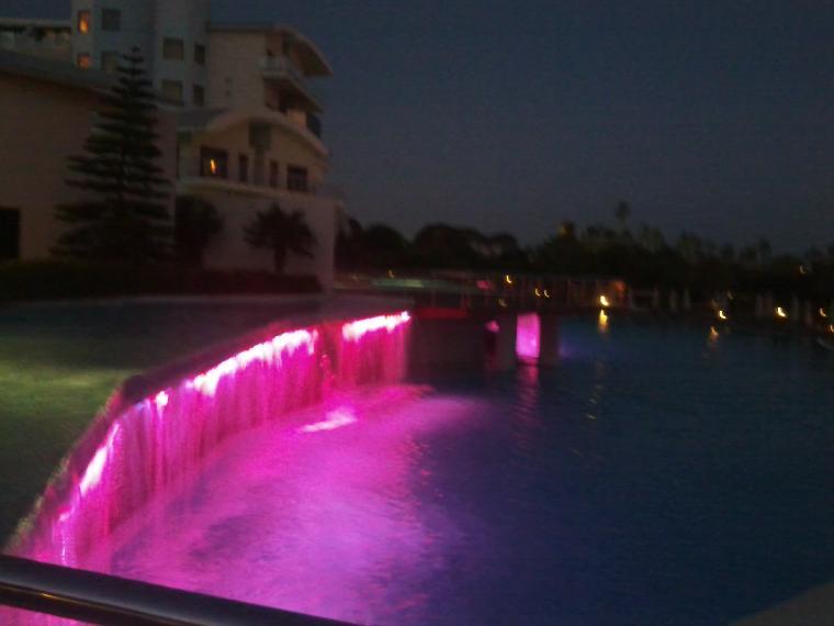 havuz şelalesinin ışıklandırılması