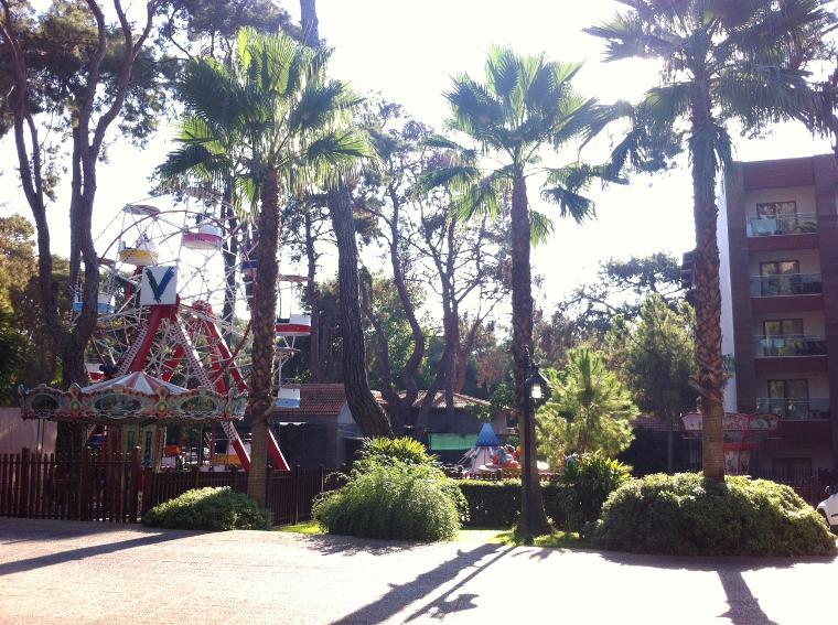 Lunapark - dönme dolap, atlı karınca, tren, uçak ve salıncak