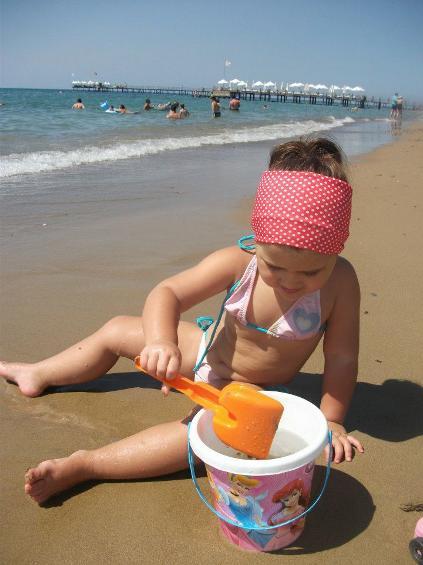 Denizi çok temiz, hafif dalgali. kendine ait uzun kumlu kumsalı var.
