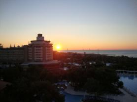 Her sabah güneşin doğuşunu her akşamda batışını seyredebileceğiniz tek otel.....