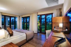 Grand Deluxe Beachfront Suite - Parent's Bedroom