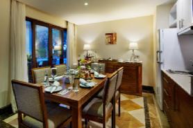 Grand Deluxe Beachfront Suites - Diningroom