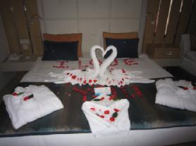 Oda balayı süslemesi ve ikramları çok güzeldi. Otel ,balayı oteli diye geçiyormuş. Çok beğendik.Tüm balayına çıkacak çiftlere tavsiye ederiz.